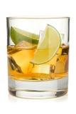 Whiskeycoctail med limefrukt royaltyfria foton