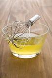 Whisking claras de ovos cruas Fotografia de Stock
