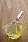 Whisking claras de ovos cruas Fotos de Stock