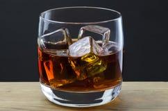 Whisky auf den Felsen Stockfotografie