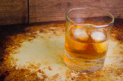 Whisky auf den Felsen rustikal oben stockfotografie