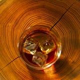 Whisky auf den Felsen und dem Holz lizenzfreie stockfotografie