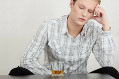 Whisky bevente del giovane tirante attraente Fotografia Stock Libera da Diritti