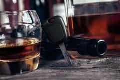 Whisky, biltangent och tomglas Arkivbild