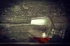 Whisky, borbón, brandy, o coñac en la tabla del registro Imágenes de archivo libres de regalías