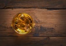 Whisky, borbón, brandy, o coñac en la tabla del registro Foto de archivo