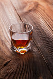 Whisky, borbón, brandy, o coñac en la tabla del registro Imagen de archivo libre de regalías