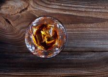 Whisky, bourbon, brandewijn, of cognac op logboeklijst Stock Afbeelding