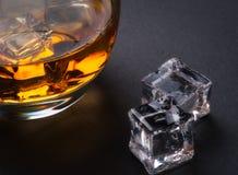 Whisky, bourbon, brandy lub koniak na bela stole, Zdjęcia Royalty Free