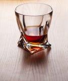 Whisky, bourbon, brandy lub koniak na bela stole, Obraz Royalty Free