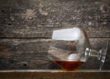 Whisky, bourbon, brandy lub koniak na bela stole, Zdjęcia Stock