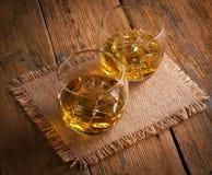 Whisky, bourbon, brandy lub koniak na bela stole, Fotografia Royalty Free