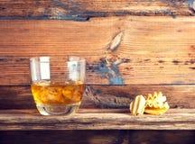 Whisky, bourbon, brandy lub koniak na bela stole, Zdjęcie Stock