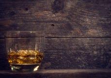 Whisky, bourbon, brandy lub koniak na bela stole, Fotografia Stock
