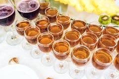 Whisky, bourbon, szampan, wino i owoc, zdjęcia stock