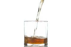 Whisky che è versato in un vetro Immagini Stock Libere da Diritti