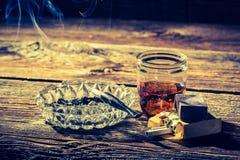 Whisky, cigarrillos y cenicero viejos Imagen de archivo