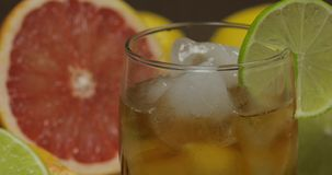 Whisky, cognac, likeur in een glaskop Close-up stock foto