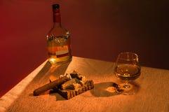 Whisky con el cigarro sobre fondo marrón Fotografía de archivo libre de regalías