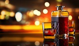 Whisky con hielo en una tabla en barra fotografía de archivo libre de regalías
