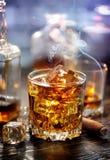 Whisky con i cubi di ghiaccio Immagine Stock Libera da Diritti