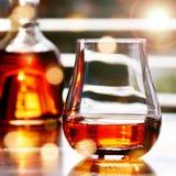 Whisky delante de una ventana Foto de archivo