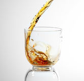 Whisky, der in Glas gegossen wird Lizenzfreie Stockfotografie
