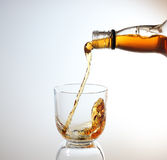 Whisky, der in Glas gegossen wird Lizenzfreies Stockbild