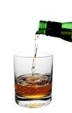Whisky, der in Glas gießt lizenzfreie stockfotografie
