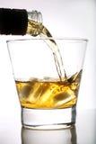 Whisky die in een glas wordt gegoten Royalty-vrije Stock Afbeeldingen