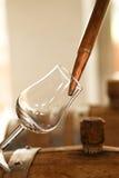 Whisky die in een glas wordt gegoten Stock Fotografie