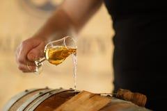 Whisky die in een glas wordt gegoten Royalty-vrije Stock Foto