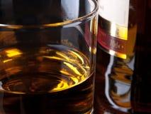 Whisky e bottiglia fotografie stock