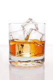 Whisky e hielo en blanco Fotos de archivo libres de regalías