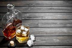 Whisky in een glasfles en een glas royalty-vrije stock fotografie