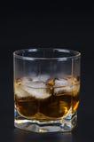 Whisky in einem Glas mit Eis Stockbild