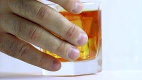 Whisky in einem Glas mit Eis stock video
