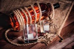 Whisky eleganckie fotografie, brandy i bourbon na drewnianym tle, obraz stock