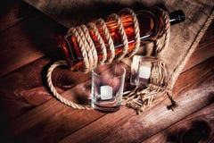 Whisky eleganckie fotografie, brandy i bourbon na drewnianym tle, fotografia royalty free