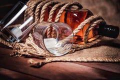 Whisky eleganckie fotografie, brandy i bourbon na drewnianym tle, zdjęcia stock