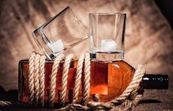 Whisky eleganckie fotografie, brandy i bourbon na drewnianym tle, zdjęcie stock