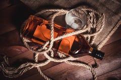 Whisky eleganckie fotografie, brandy i bourbon na drewnianym tle, obrazy royalty free