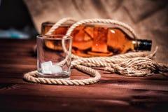 Whisky eleganckie fotografie, brandy i bourbon na drewnianym tle, fotografia stock