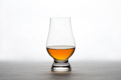 Whisky en Crystal Tasting Glass Fotografía de archivo libre de regalías