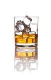 Whisky en ijs op wit Stock Fotografie