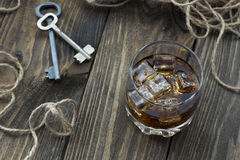 Whisky en las rocas, la cuerda y las llaves Imagen de archivo libre de regalías