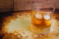 Whisky en las rocas rústicas arriba Fotografía de archivo
