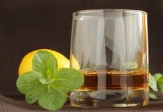 whisky en un vidrio con el limón Fotos de archivo libres de regalías