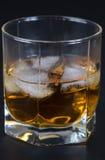 Whisky en un vidrio con hielo fotos de archivo
