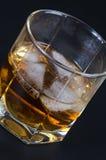 Whisky en un vidrio con hielo fotografía de archivo libre de regalías